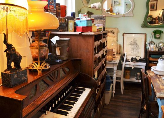Harmonium Jugendstil, Küchentische antik, Shopregal, Ladeneinrichtung