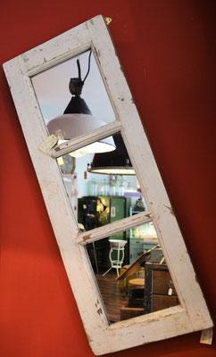 Spiegel aus altem Fenster, Industrielampen