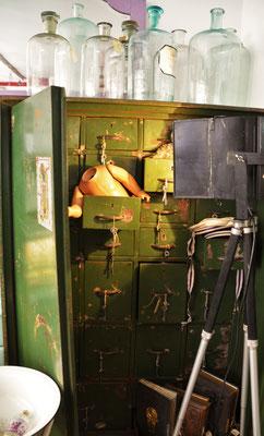 Safeschrank, Gläser und Flaschen antik, Stativstrahler, Industriedesign