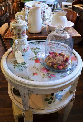 Glasglocke, Teekanne, Rosentisch