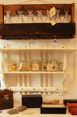 Flaschenregal, Wandregal, medizinische Instrumente antik
