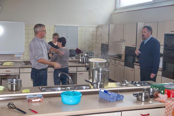 Britta Kunkelmoor, Manuela Fock, Klaus Albers und Klaus Hass im Wasserdampf der Kaffee-Küche