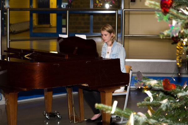 Klaviersolistin spielt schöne Weihnachtslieder