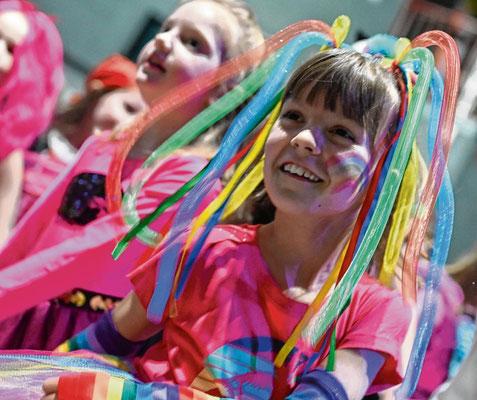 Als Regenbogenmädchen erschien Philippa (7) zum Faschingsfest.