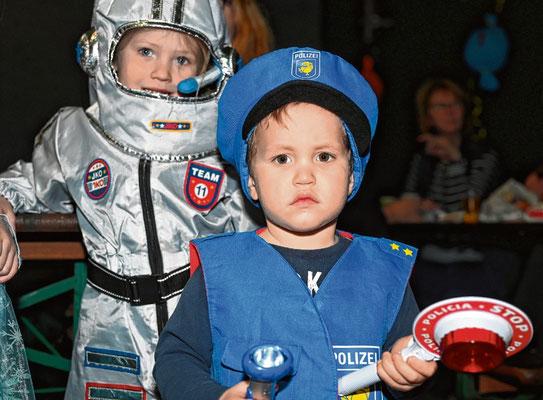 Schauten sich den Trubel auf der Tanzfläche an: Polizist Alwin (3) und Astronautin Helena (5).