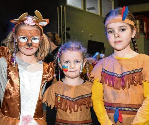 ls Elch begleitete Mia (6, v.l.) die beiden Indianerinnen Jana (4) und Jasmin (7).