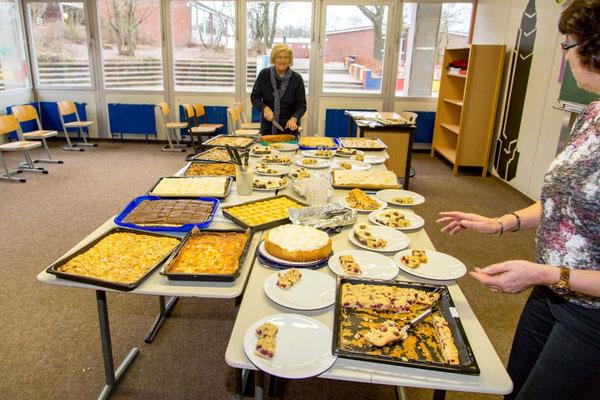 Angela und Lydia managen das Kuchenbuffet