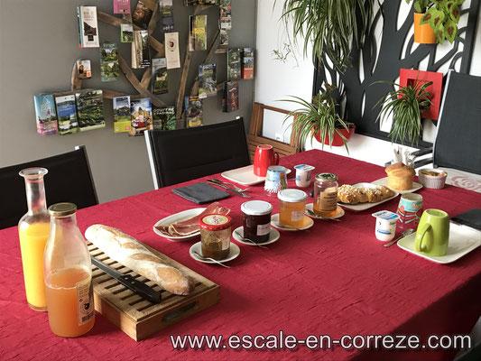 Petit déjeuner dans la véranda , Escale en Corrèze .