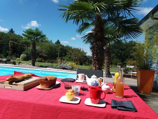 Petit déjeuner au bord de la piscine , Escale en Corrèze .