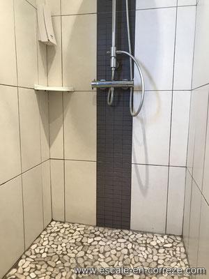 La salle de bain  côté terrasse Escale en Corrèze