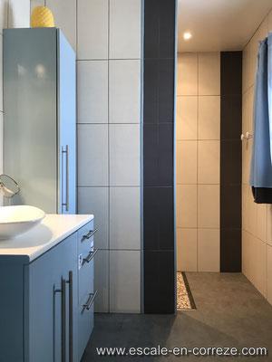 La salle de bain  côté terrasse Escale en Corrèze .