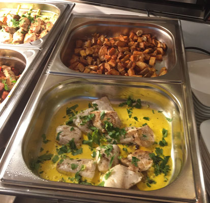 Patata brava und Hähnchen in einer Orangen-Currysoße