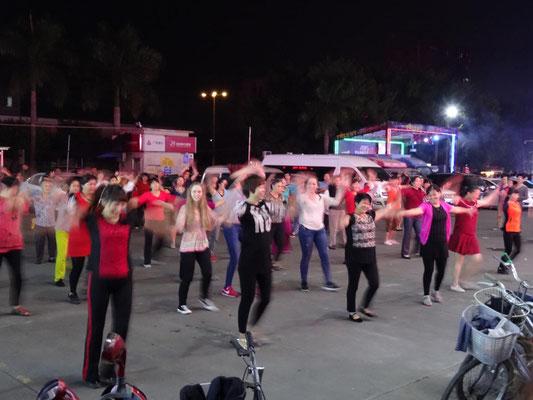Einige der Austauschschüler waren begeisterte Mittänzer bei chinesischen Strassentänzern.