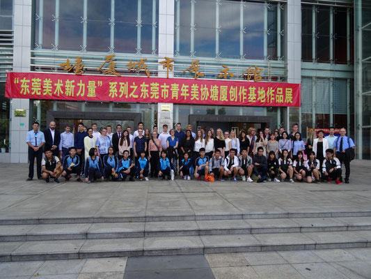 Die gesamte Austauschgruppe vor dem Stadtmuseum von Tangxia.