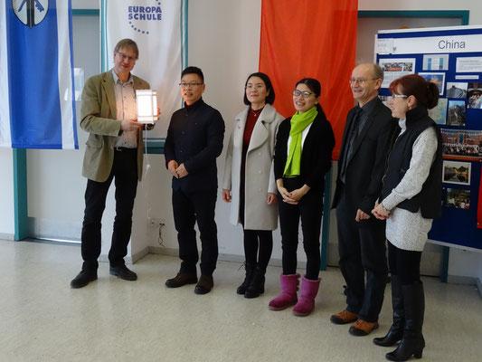 Gastgeschenk der Dongcheng-Schule: eine mit dem hauseigenen 3D-Drucker hergestellte Lampe mit Motiven der Schule.