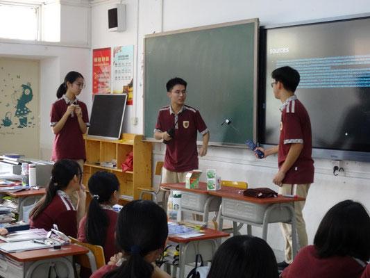 Klassenbesuch mit Romeo und Julia als Thema: Schwertkampf-Szene