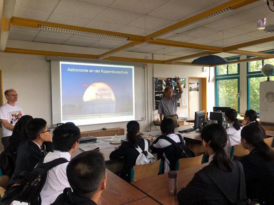 Der zweimalige Chinafahrer Hr. Pieke stellte den Besuchern die Sternwarte vor.