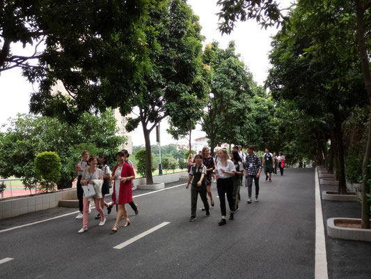 Beim Schulrundgang mit den chinesischen Gastgebern.