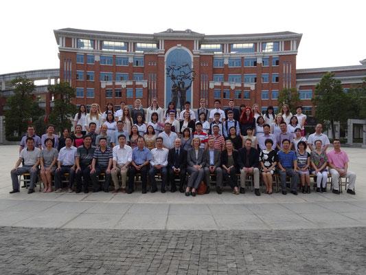 Gruppenfoto vom gemeinsamen Empfang der Gastgeberschulen und des Schulamtes von Tangxia in der Junior Highschool.