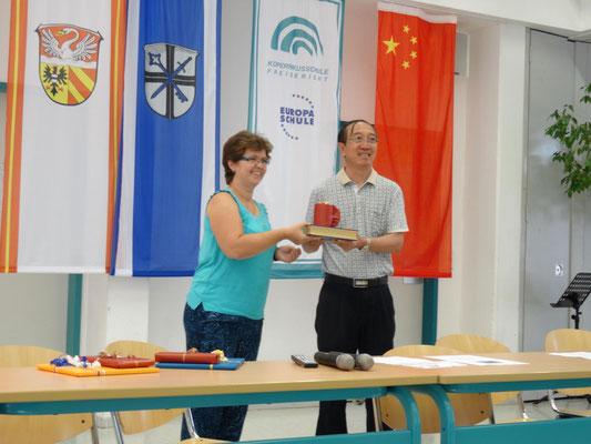 Unsere stellvertretende Schulleiterin Fr.  Schmeckthal überreicht Geschenke, ein Band mit den Märchen der Gebrüder Grimm in Englisch