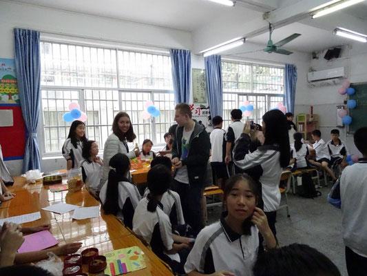 Schülerbesuch in einer Klasse mit Kennenlernen verschiedener landestypischer Spezialitäten.