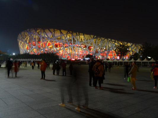 Nächtliches Birds-Nest auf dem Olympiagelände.