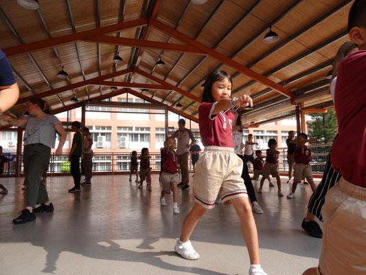 Kung-Fu mit Zweitklässlern als Lehrern :-). Sie haben es toll gemacht!