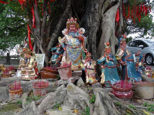Gedenkstätte vor dem Tempel von Nanzhe mit Räucherstäbchen.