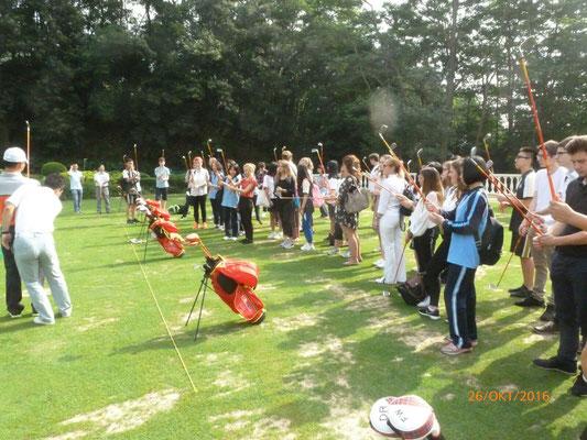 Auf der weltgrößten Golfanlageerhalten die Schüler eine kurze Einführung in das Golfen.