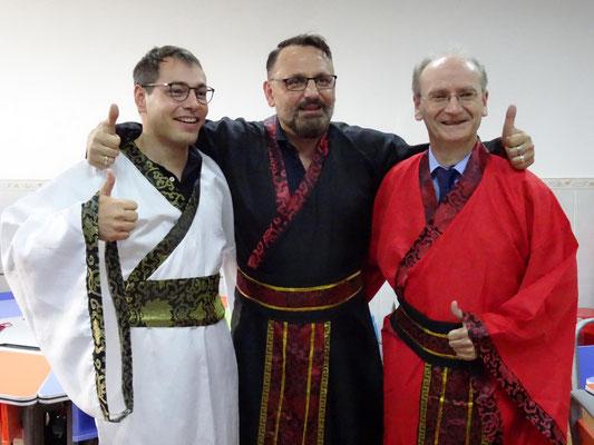 Noch einmal Kleider machen Leute: Drei der Begleitlehrer in traditioneller chinesischer Bekleidung.