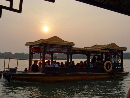 Bootsfahrt mit Aussicht im Sommerpalast