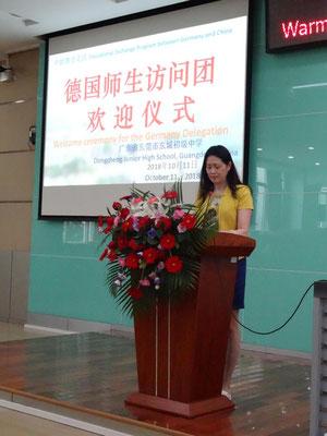 Begrüßung durch die Schulleiterin Fr. Yang, die unsere Schule mit ihren Schülern 2016 besuchte.