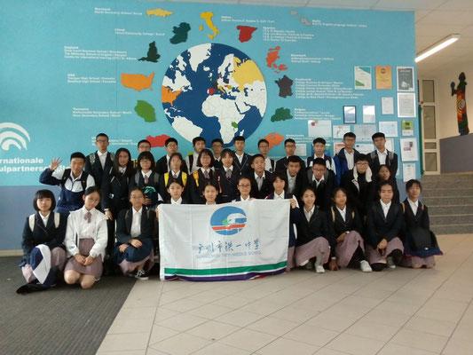 Die chinesischen Besucher vor der Karte mit den Schulpartnerschaften.