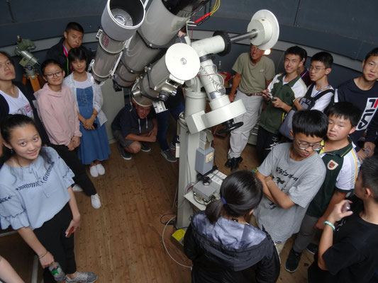 Hr. Pieke und Schüler/-innen der Astro-AG zeigten und erklärten die Sternwarte.