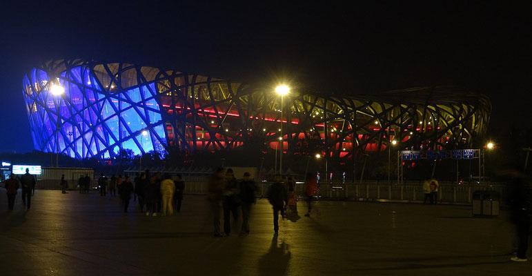 """Das Hauptstadium der olympischen Spiele 2008, """"Vogelnest"""" genannt, bei Nacht."""