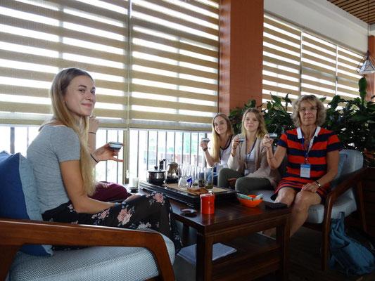 Herstellen und Verkosten von Tee bei einer Teezeremonie.