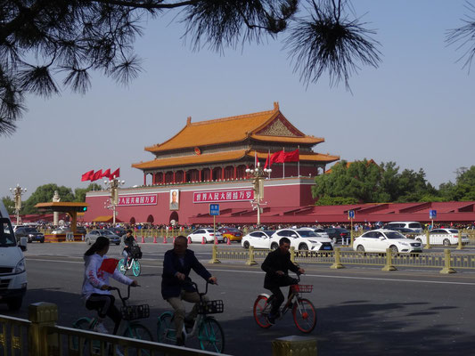 Das Bild Maos hängt unterhalb der Stelle, an der er vor siebzig Jahren die Volksrepublik China ausgerufen hat.