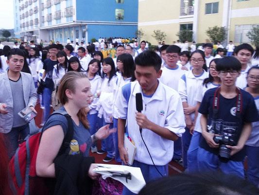 An der Shuilin-Schule interviewt ein chinesischer Schüler eine deutsche Schülerin.