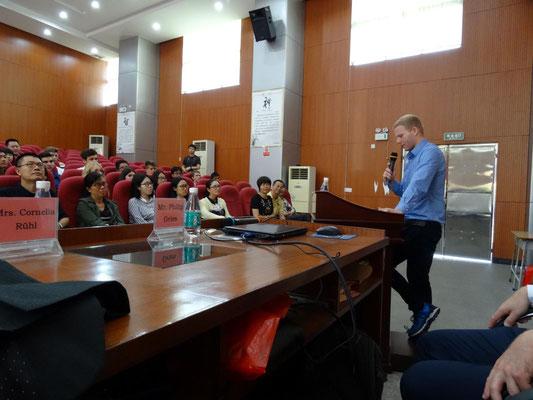 Ein ehemaliger Austauschschüler, z.Zt. im Auslandspraktikum in Shanghai für die Feier anlässlich des 10 Jahr des Austausches extra nach Dongguan angereist, spricht über die Bedeutung des Austausch für die Schüler..