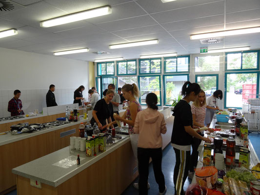In gemischten Gruppen wurde gemeinsam in den Schulküchen ein schmackhaftes Mittagessen zubereitet.