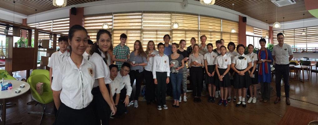 Gruppenbild im Fremdsprachengymnasium Dongguan City.