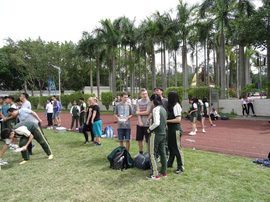 Schüler beim Steuern einer Drohne.
