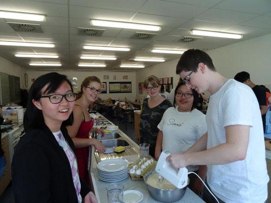 Die Schüler stellten ihr mehrgängiges Mittagessen selbst her ...