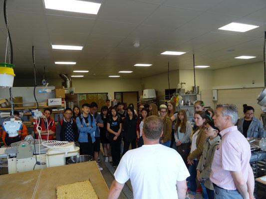 Auch die anderen beiden beteilgten Schulen wurden besucht. Hier ist die Gruppe in der Backstube der Johann-Philipp-Reis Schule Friedberg.