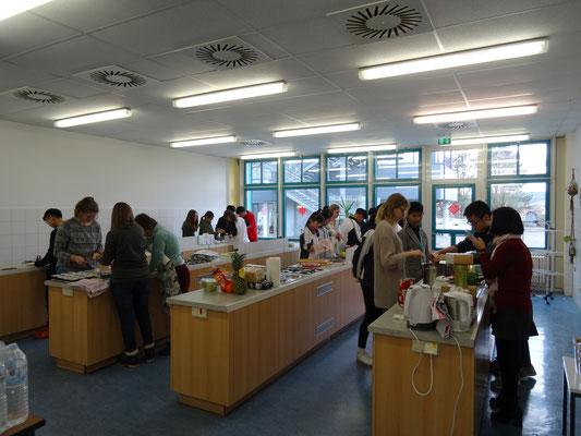 """Gemeinsames kochen des Mittagessens im Workshop """"European Food""""."""