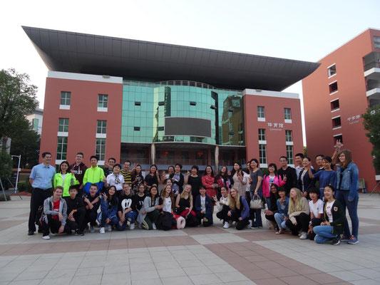 Abschiedsfoto an unserer Gastschule, dem Fremdsprachengymnasium Dongguan, mit den Gastgeberfamilien.