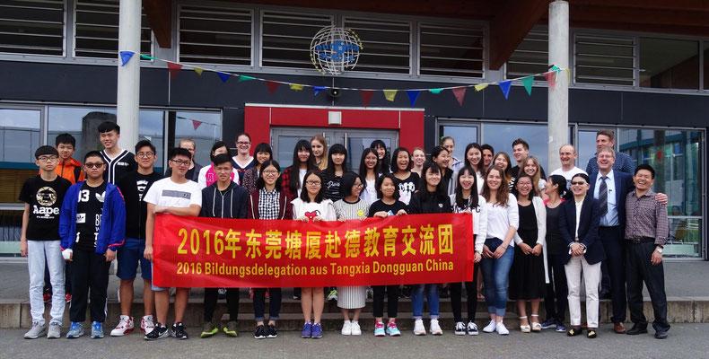 Die chinesischen Besucher und ihre Gastgeber beim Besuch der Kopernikusschule. Fr. Pu hat wie immer mit den Schulen die Besuchswoche der Gruppe geplant.