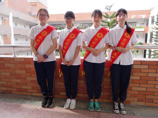 Kleines Schülerkomitee beim Besuch an der Senior Highschool von Tangxia.
