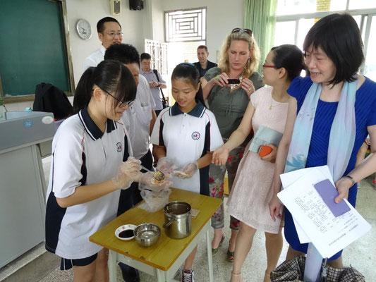 Die Schüler besuchten einzeln Klassen, wo ihnen verschiedene typisch chinesische Kultur- und Alltagsmerkmale vorgestellt wurden. Hier werden gefüllte Nudeln hergestellt ...