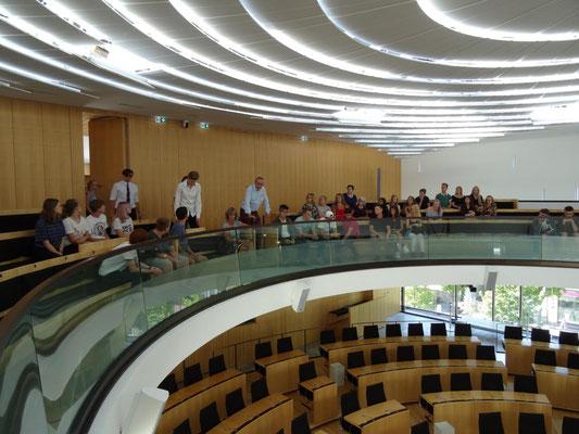 Besuch im Landtag in Wiesbaden: hier die deutsche Schülergruppe im Plenarsaal.